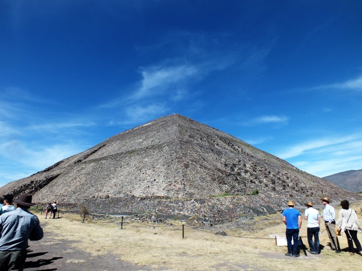 78) In Line to climb the pyramid of the sun.JPG